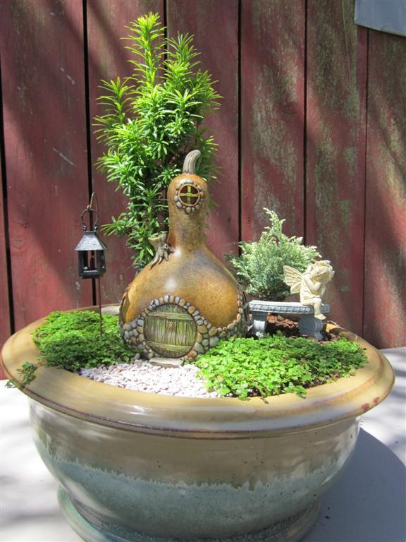 mini jardim de vidro:Mini jardim com casa feita com cabaça