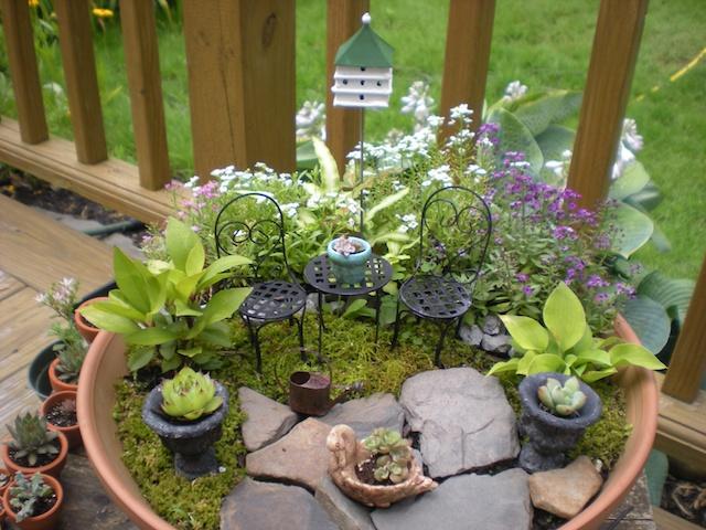 artesanato mini jardim:Mini Jardim com cadeiras de ferro