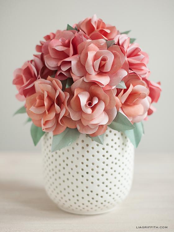 arranjo com rosas de papel