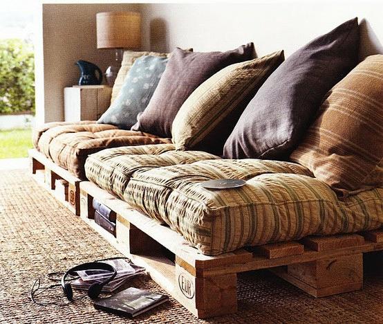 Sofá baixo com almofadas -