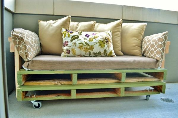 Sofá com almofadas e rodinhas -