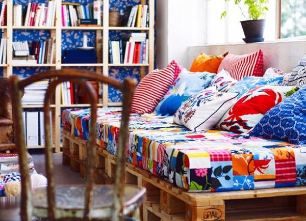 Sofá em sala de leitura -