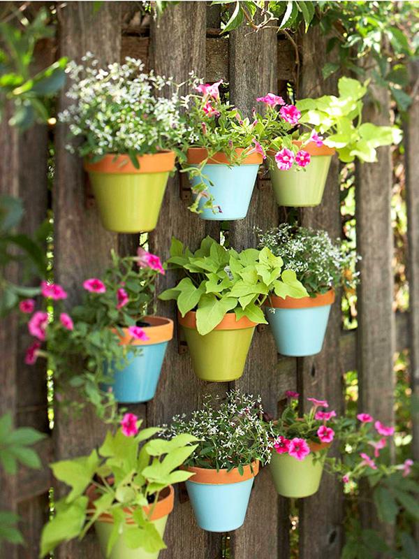 jardim vertical com vasos pintados